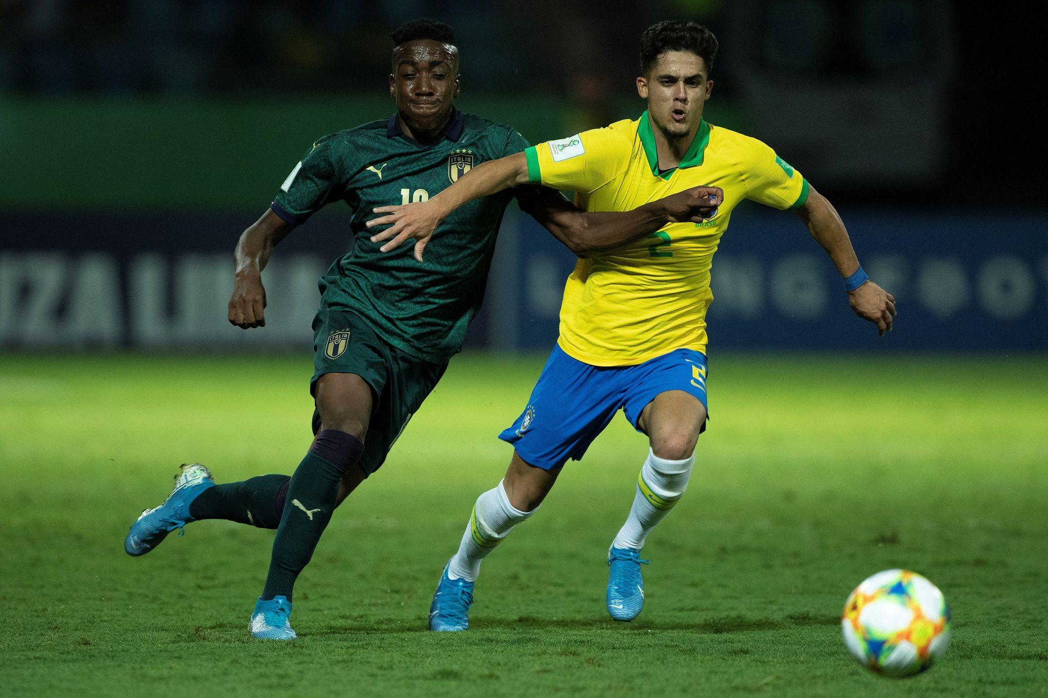 AME3379. GOIANIA (BRASIL), 11/11/2019.- <HIT>Yan</HIT><HIT>Couto</HIT> (d) de Brasil disputa un balón con Franco Tongya de Italia este lunes en un partido de los cuartos de final de la Copa Mundial de Fútbol Sub-17 entre Brasil e Italia, en el estadio Olímpico en la ciudad de Goiania (Brasil). EFE/Joédson Alves
