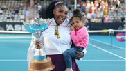 Serena Williams, con su hija Alexis, tras ganar el Auckland Classic