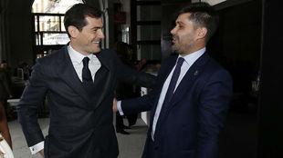 El presidente de AFE, David Aganzo, con Iker Casillas en el 80...