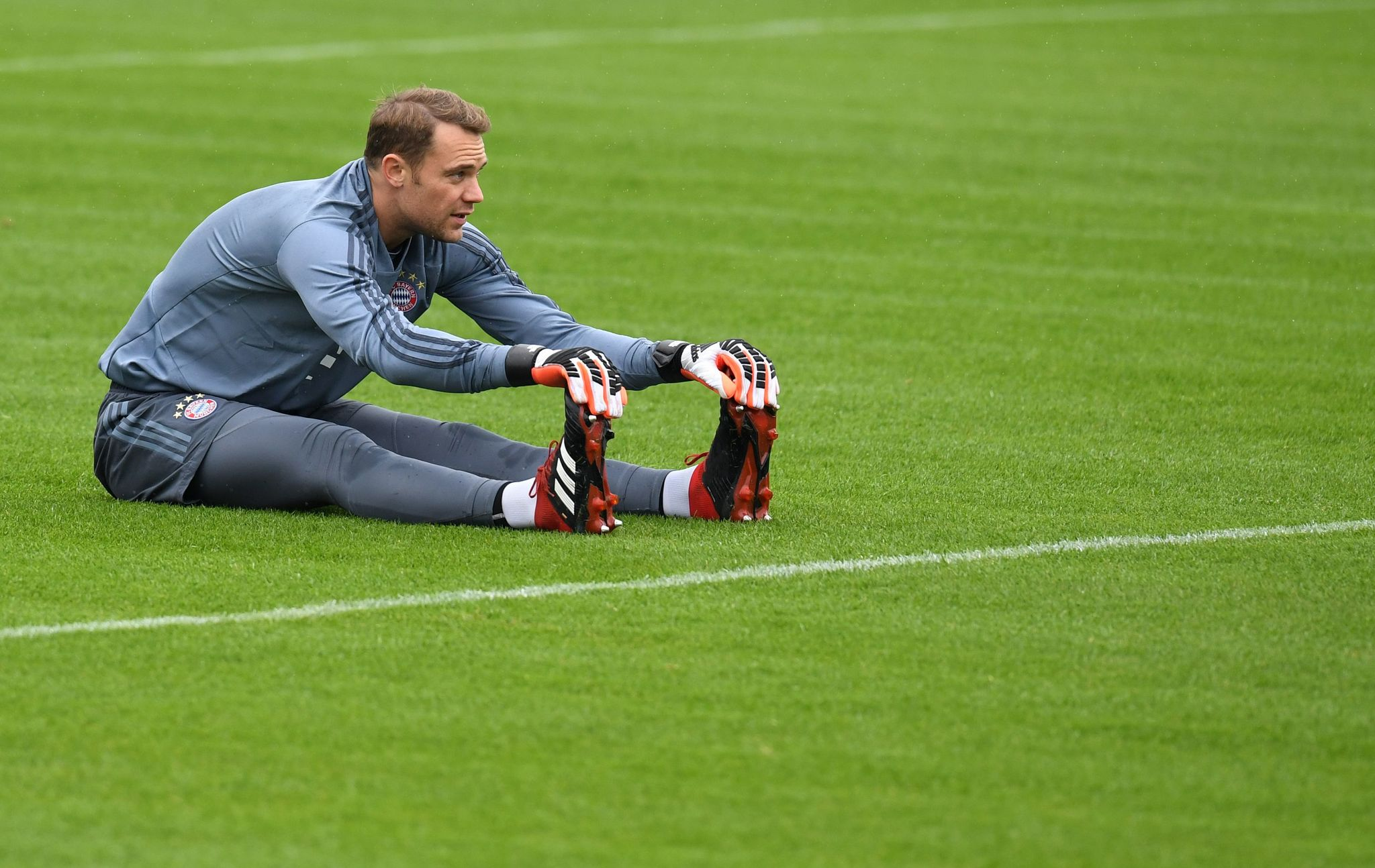 Bayern Munichs German goalkeeper Manuel <HIT>Neuer</HIT> stretches during a training session on the eve of the UEFA Champions League Group E football match Bayern Munich vs Ajax Amsterdam at the teams training grounds in Munich, southern Germany, on October 1, 2018. (Photo by Christof STACHE / AFP)