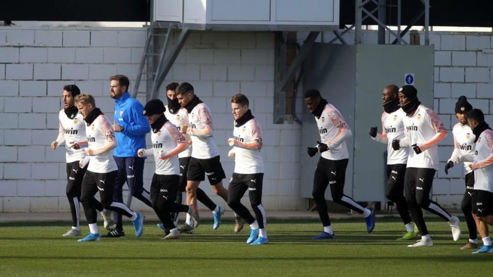 Los jugadores de la plantilla durante el entrenamiento.
