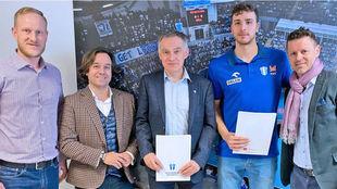 David Fernández, segundo por la derecha, tras firmar su contrato con...
