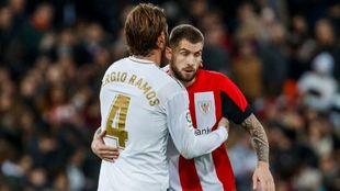 Iñigo Martínez saluda a Ramos en el choque ante el Real Madrid.