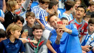 Remiro se hace un selfie con jóvenes aficionados realistas.