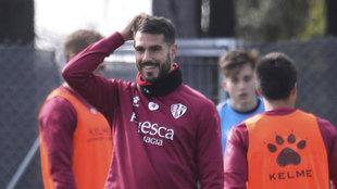 Un sonriente Pablo Insua durante un entrenamiento del Huesca