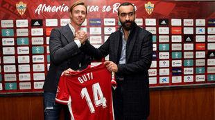 El director general de la UD Almería, Mohamed Al Assy, con Guti el...