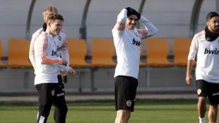 Gameiro y Maxi, en un entrenamiento del Valencia en Paterna.