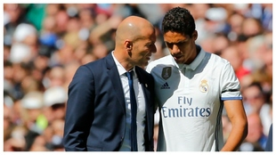 Zidane y Varane, en un partido del Madrid.