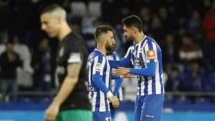 Enre Çolak y Sabin Merino, los dos goleadores, celebran el segundo...