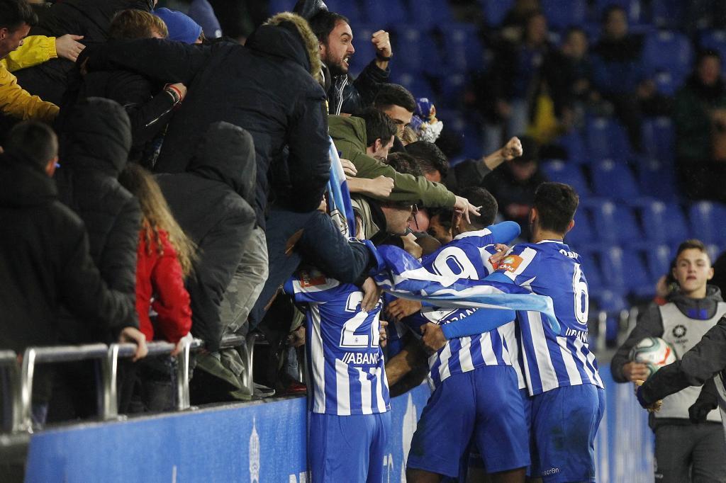 La celebración de Çolak con los aficionados le costó la segunda...