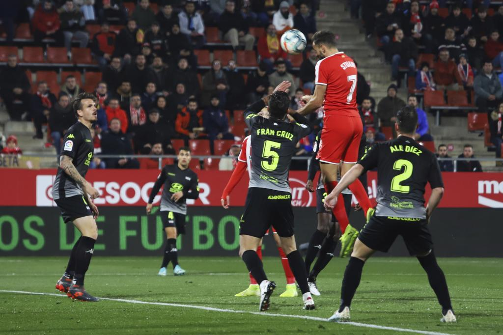 Stuani se impone a la defensa y cabecea el primer gol del partido