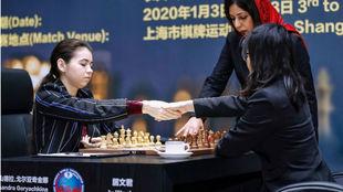 Aleksandra Goryachkina y Ju Wenjun se saludan antes de la partida