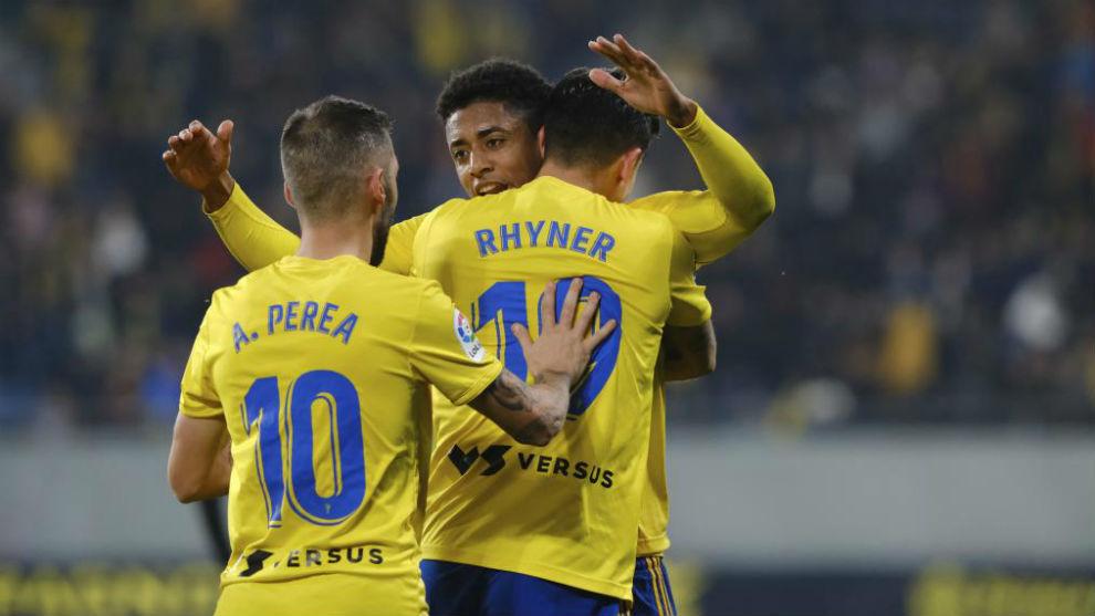 Los jugadores del Cádiz celebran un gola ante el Mirandés.