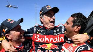Sainz, en el podio, junto a Peterhansel y Al-Attiyah.
