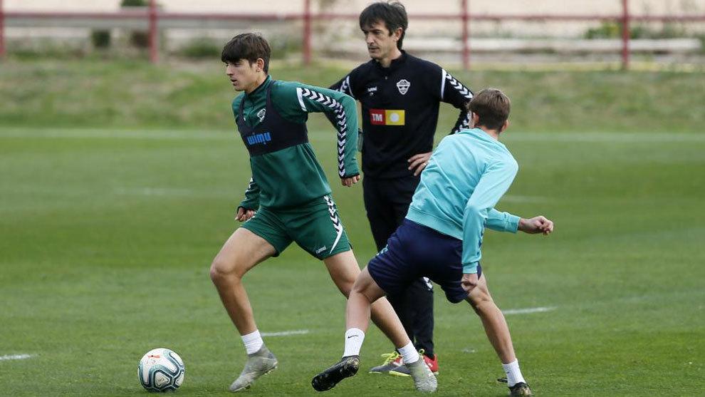 Pacheta observa a Gonzalo Villar en un entrenamiento del Elche