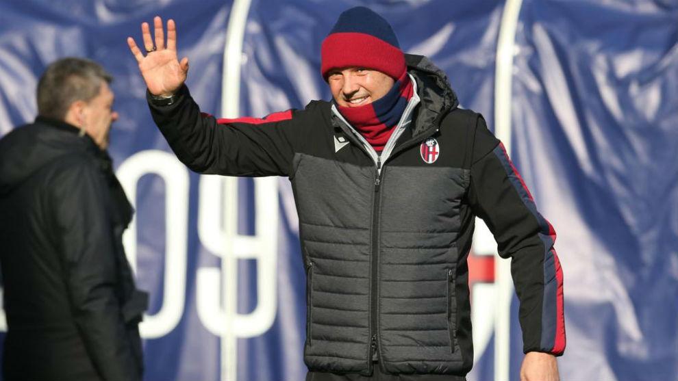 Sinisa Mihajlovic saluda a su afición.