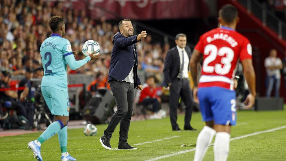 Diego Martínez da instrucciones a sus jugadores en el...