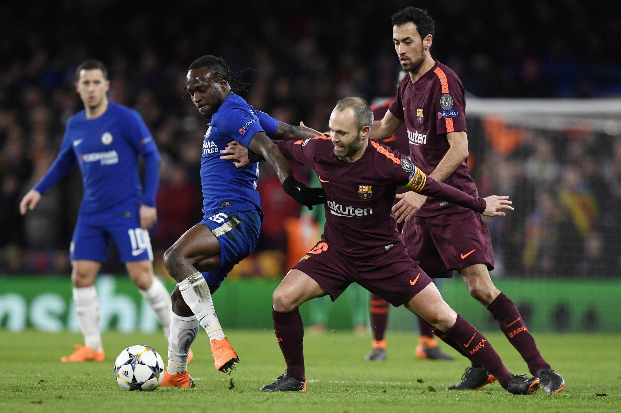 LON20 - LONDRES (R. UNIDO), 20/2/2018.- El jugador <HIT>Victor</HIT><HIT>Moses</HIT> (i) del Chelsea disputa el balón con Andres Iniesta (c) y Sergio Busquets (d) del Barcelona hoy, martes 20 de febrero de 2018, durante su juego de la Liga de Campeones de la UEFA, en el estadio de Stamford Bridge de Londres (R. Unido). EFE/WILL OLIVER