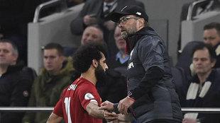 Klopp y Salah se saludan tras un cambio.