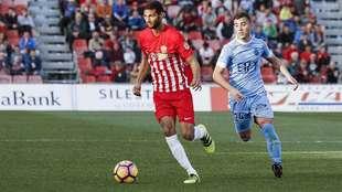 Borja García persigue a Joaquín en un partido en el Juegos...