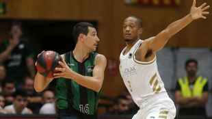 Nikos Zisis ante Anthony Randolph en un Joventut vs Real Madrid