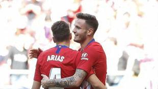Saúl y Arias se abrazan en un partido del Atlético.