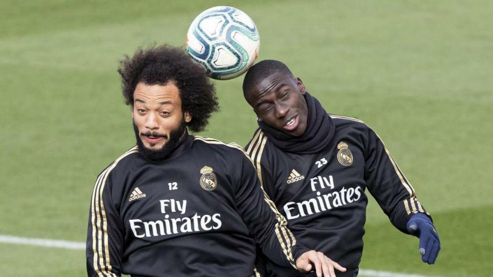 Marcelo y Mendy pugnan por el balón en un entrenamiento del Madrid.