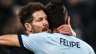 Simeone abraza a Felipe