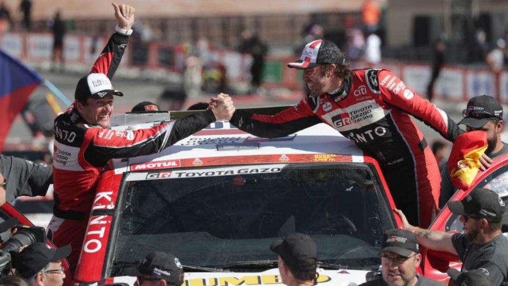 Alonso y Coma celebran su gran Dakar.