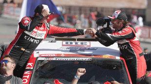 Fernando Alonso y Marc Coma, tras acabar el Dakar.
