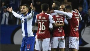 Alex Telles se lamenta mientras el Braga celebra el gol de Fransergio.