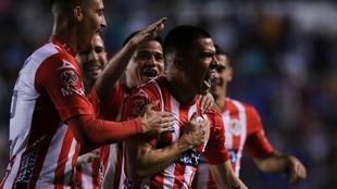 El San Luis festejando un gol ante el Cruz Azul.