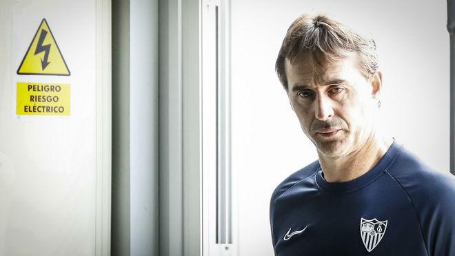 Julen Lopetegui entra en la sala de prensa del Sevilla.