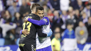 Luis Suárez abraza a Josep Martínez.