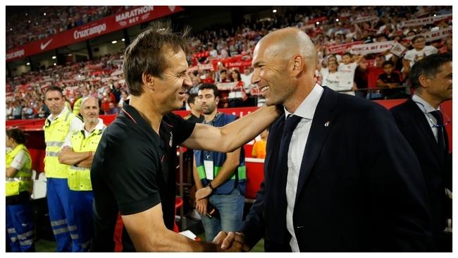 Lopetegui y Zidane se saludan antes del partido en el...