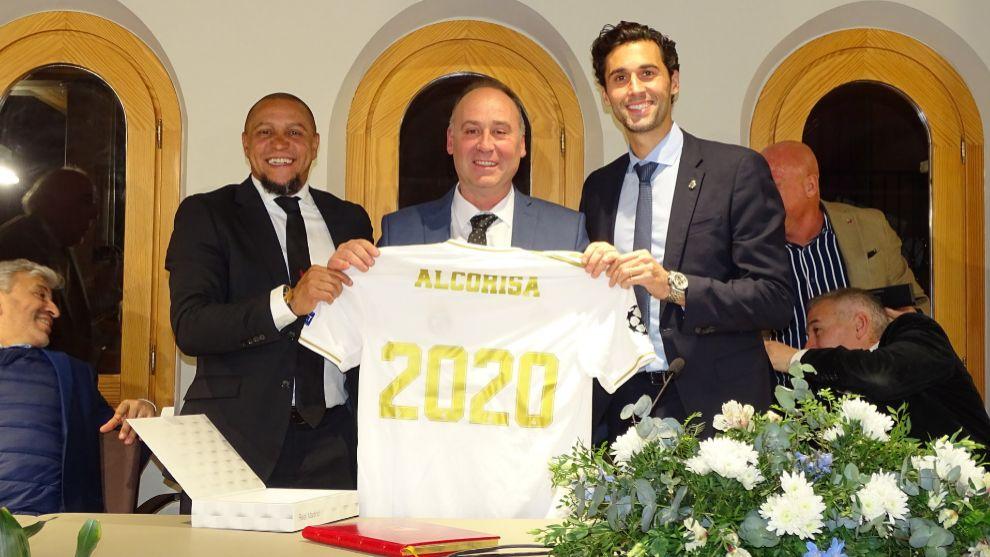 El alcalde de Alcorisa, Miguel Iranzo, junto a Roberto Carlos y...