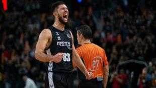 Axel Bouteille celebrando un triunfo del Bilbao Basket