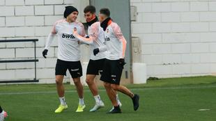 Ferran Torres con Maxi Gómez y Gabriel Paulista en el entrenamiento.