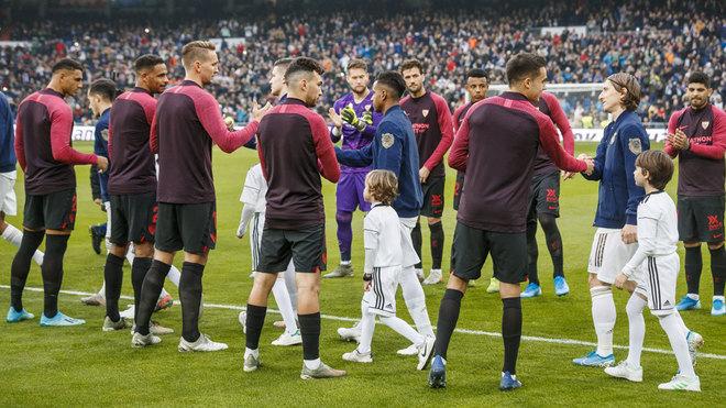 Los jugadores del Sevilla, haciendo pasillo al Real Madrid.