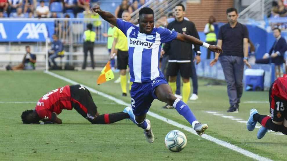 Wakaso se lleva el balón en un partido ante el Mallorca.