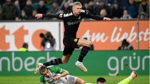 Haaland anota uno de sus tres goles al Augsburgo