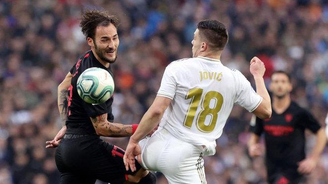 Gudelj, peleando por un balón con Jovic.