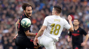 Gudelj fighting for the ball with Jovic.