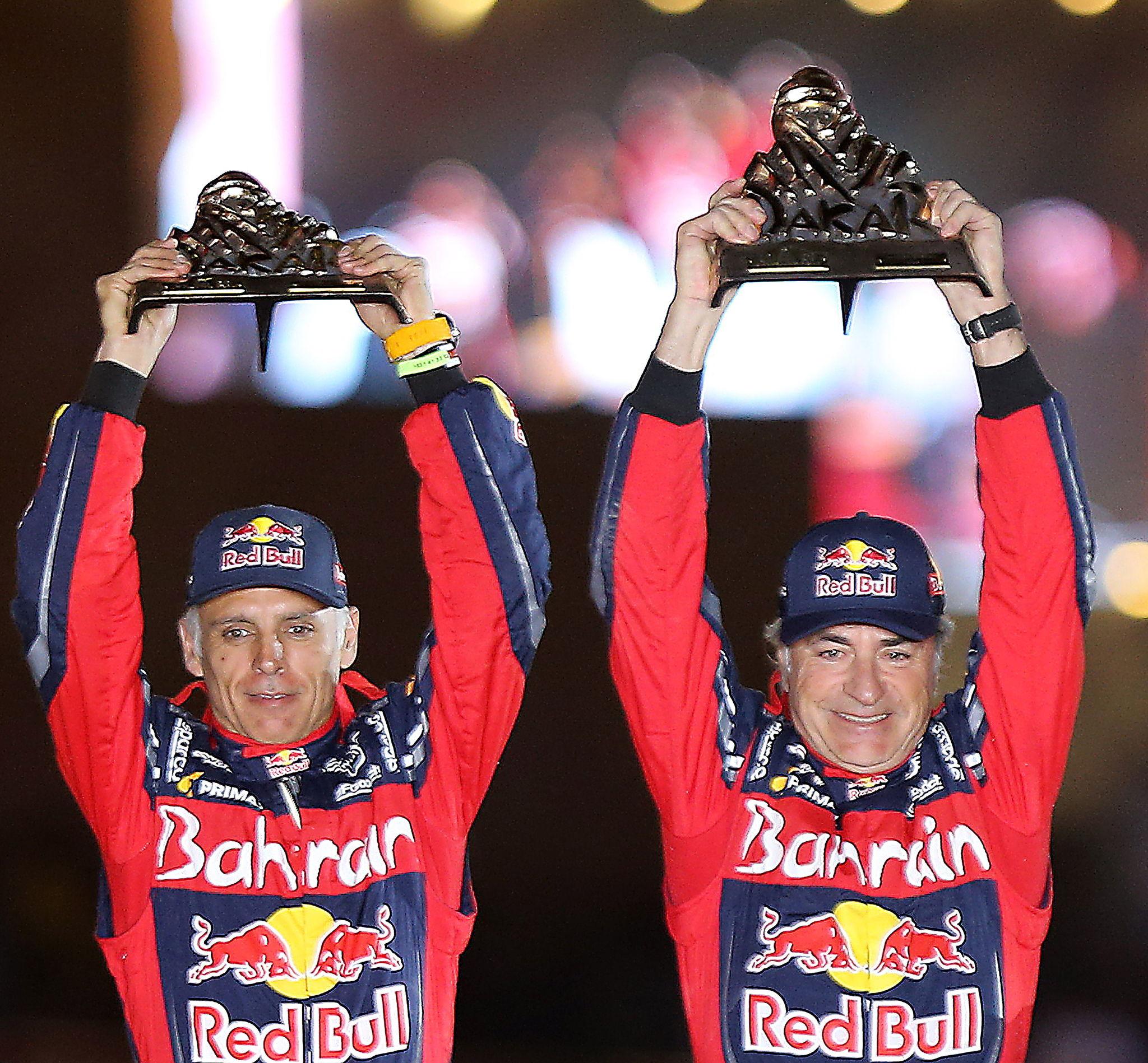 Qiddiya (Saudi Arabia), 17/01/2020.- Winners Spanish Carlos <HIT>Sainz</HIT> (Bahrain JCW X-Raid Team) and co-driver Lucas <HIT>Cruz</HIT> (R) hold the trophies as they celebrate their victory during the podium ceremony for the car category after the last stage of the Rally Dakar 2020 in Qiddiya, Saudi Arabia, 17 January 2020. (Bahrein, Arabia Saudita) EFE/EPA/STR