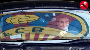 Ernesto Valverde sonríe al salir de las instalaciones del Barcelona...