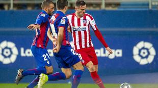 Saúl golepa al balón en Ipurua.