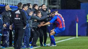 Burgos celebra el gol con el banquillo del Eibar.