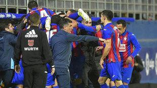 Mendilibar da instrucciones mientras sus jugadores celebran el 1-0...