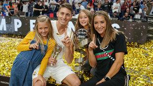 Carroll con su familia tras ganar la ACB