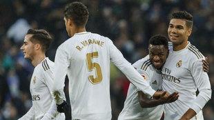 Los jugadores del Madrid celebran el segundo gol de Casemiro.